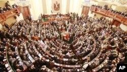 Suasana sidang parlemen Mesir pasca reformasi yang menggulingkan Presiden Hosni Mubarak (Foto: dok). Majelis Konstituante Mesir telah menerbitkan sebagian RUU mengenai batas kewenangan Presiden.