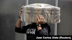 ARHIVA - Policajac nosi zaplenjeni kokain, 5. avgusta 2019. u vojnoj bazi u Kostariki (Foto: Reuters/Juan Carlos Ulate)