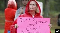 29일 미국 조지아 주 잭슨 시 수용소 앞에서 시위대 켈리 기센다너의 사형 집행에 항의하고 있다.