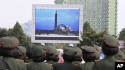Shimoliy koreyalik harbiylar sinovni televizor orqali tomosha qilmoqda, Pxenyan shahri