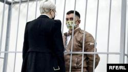 Участник протестов против режим Лукашенко Степан Латыпов в зале минского суда.