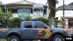 Polisi menjaga ketat masjid Mubarak di Bandung setelah keluarnya pergub baru.