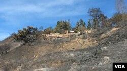 Exclusivas residencias de BelAir, calcinadas por las llamas del incendio Skirball, en California. Foto: Arturo Martínez, VOA. Dic. 8, 2017.
