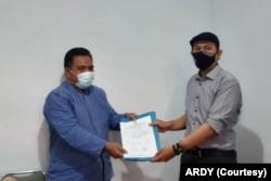 Kepala ORI DIY Budi Masthuri (kiri) menerima laporan ARDY diwakili Yogi Zul Fadhli, Rabu 27 Januari 2021. (Foto: Dok ARDY)