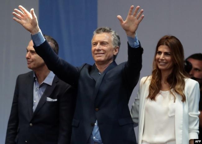 El presidente de Argentina, Mauricio Macri (centro) jnunto a su compañero de fórmula a la vicepresidencia Miguel Angel Pichetto (izquierda) y la primera dama Juliana Awada durante un acto de campaña en Buenos Aires, el 19 de octubre, de 2019.