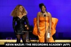 امریکی گلوکارہ بیونسے (بائیں) ریپر میگن تھی اسٹالین کے ہمراہ