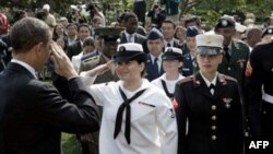 奥巴马祝贺归化为美国公民的男女战士