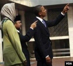 Presiden Barack Obama dengan antusias bertanya-tanya mengenai berbagai ornamen dan kaligrafi di Masjid Istiqlal Jakarta.
