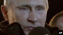 Firai Ministan Rasha Vladimir Putin na zubar da hawaye a lokacin da ya ke ikirarin samun nasara a zaben shugaban kasar da aka yi, a gaban dubban daruruwan magoya bayan shi da su ka yi dandazo a kofar Fadar shugaban kasar ta Kremlin