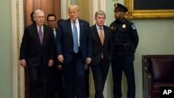 Tổng thống Donald Trump và Lãnh đạo khối đa số tại Thượng viện Mitch McConnell .