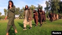 Para militan ISIS yang menyerahkan diri kepada pemerintah Afghanistan hadir di hadapan media di Jalalabad, Provinsi Nangarhar, Afghanistan, 17 November 2019. (Foto: Reuters)