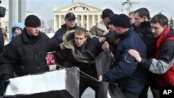Білоруські правоохоронці затримують опозиційного лідера Дмитра Дашкевича, 2005-й рік.