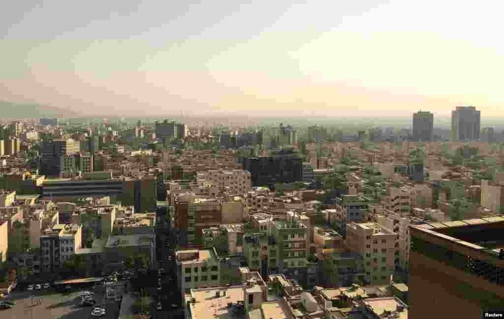نیم رخ تهران از فراز ساختمان وزارت کشور در خیابان فاطمی.