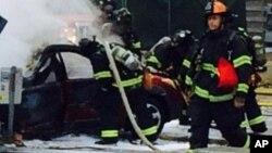Des secouristes se déploient après d'un accident d'un hélicoptère à Seattle, 18 mars 2014