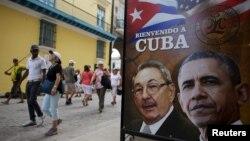 Gambar Presiden Kuba Raul Castro dan Presiden AS Barack Obama di pusat kota Havana (17/3). (Reuters/Alexandre Meneghini)