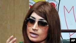 Model Pakistan yang baru-baru ini terbunuh, Qandeel Baloch, berbicara dalam sebuah konferensi pers di Lahore, Pakistan (28/6) (foto: AP Photo/M. Jameel)