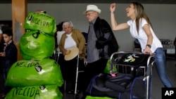 Người Cuba sinh sống ở Mỹ đến sân bay quốc tế Jose Marti ở Havana.