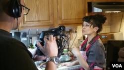 Miranti, pemenang Cooks vs Cons saat diwawancara tim VOA.