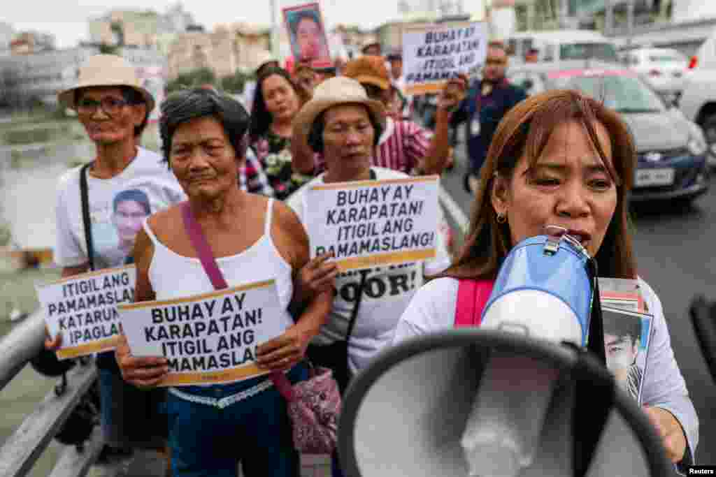 Activistas filipinos y familiares de personas asesinadas en la guerra contra las drogas del país, realizan una manifestación en celebración del Día de los Derechos Humanos.