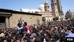 Para penganut Koptik yang berkabung antri berjam-jam di muka katedral di Kairo untuk memberikan penghormatan terakhir kepada pemimpin gereja mereka, Paus Shenouda, yang meninggal pada hari Sabtu (3/17/2012) dalam usia 88 tahun.