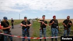 Naoružani pro-ruski separatisti drže stražu oko mesta nesreće malezijskog aviona na letu MH17, 20. juli, 2014.