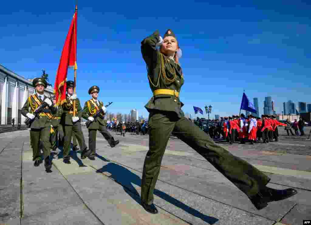گردهمایی دانشجویان نظامی روسیه در شهر مسکو و اجرای رسم و گذشت عسکری