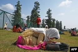 Siswa belajar di sekolah terbuka mereka yang terletak di atas gunung di Doodhpathri, Kashmir yang dikelola India, 27 Juli 2020.