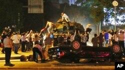 Người dân cố gắng ngăn cản xe tăng được triển khai trên đường phố, tại Ankara, Thổ Nhĩ Kỳ, 16/7/2016.