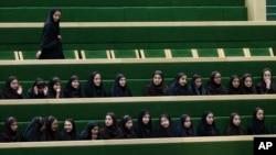 Des écolères suivent un débat parlementaire à Téhéran, Iran, Tuesday, 14 avril 2015.