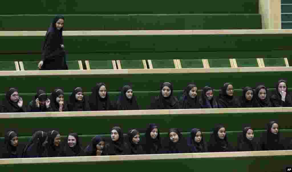 شاگردان ایرانی برای دیدن مناظره در مجلس نمایندگان ایران، در سالون مجلس حضور دارند
