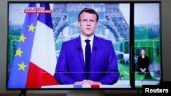 Fransa Cumhurbaşkanı Emmanuel Macron ekranda ulusal seslenirken