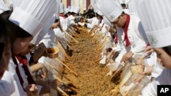 Koki Korea Selatan dan para muridnya menyiapkan makanan khas negara itu, bibimbap, dalam Festival Makanan Korea di Seoul, 2013.
