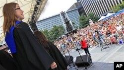 Paduan suara 'Gospelchoir Rejoice' dari Langenberg, Jerman tampil pada kejuaraan 'World Choir Games' di Cincinnati, Ohio (12/7). Paduan suara mahasiswa Universitas Cendrawasih, Papua terlambat tiba pada kejuaraan dunia ini.