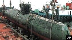 지난 1998년 동해에서 한국 어선의 그물에 걸린 북한 유고급 잠수정 (자료사진)