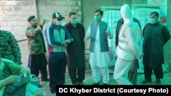 ضلع خیبر کے ڈپٹی کمشنر محمود اسلم کا کہنا ہے کہ طورخم بارڈر پر روزانہ ہزاروں مسافروں کا کرونا وائرس کا چیک اپ کیا جاتا ہے۔