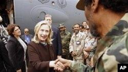 18일 리비아를 전격 방문한 힐러리 클린턴 미 국무장관