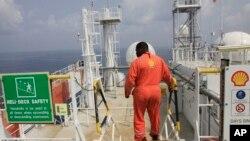 Seorang pekerja perusahaan minyak Royal Dutch Shell (foto: dok).