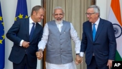 Indian Prime Minister Narendra Modi (C) talks with European Council President Donald Tusk (L), and European Commission President Jean-Claude Juncker before their meeting in New Delhi, Oct. 6, 2017.