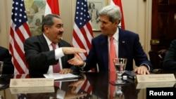 Menlu AS John Kerry (kanan) dan Menlu Irak Hoshyar Zebari pada pertemuan mereka di Deplu AS, Washington.
