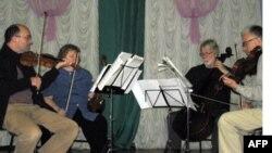 Музыканты Чикагского симфонического оркестра на сцене детского дома