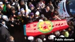 Hàng nghìn người Kurd xuống đường đưa tang 3 nhà hoạt động tại Diyarbakir, ngày 17/1/2013.