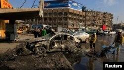 Cư dân tụ tập tại hiện trường sau một vụ đánh bom xe tại Baghdad, ngày 15/1/2014.