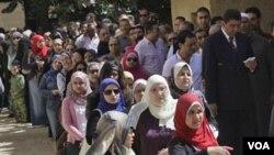 Ratusan warga Mesir mengantri di depan sebuah TPS di Kairo, Sabtu (19/3).