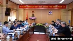 Cuộc gặp giữa Bộ trưởng Y tế Nguyễn Thanh Long và Đại sứ Hoa Kỳ Daniel Kritenbrink ngày 1/4/2021. Photo: Báo Gia đình và Xã hội via Bộ Y tế.