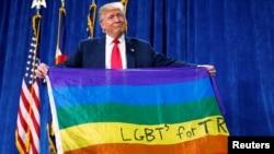 """川普在一個競選總統的集會上手舉""""同性戀、變性及雙性人(LGBT)支持川普""""的旗幟"""
