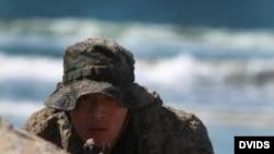 日本陸上自衛隊西部方面普通科部隊尖﹐2011年2月在美日聯合軍演中演習控制灘頭陣地。(美國陸軍資料圖片)