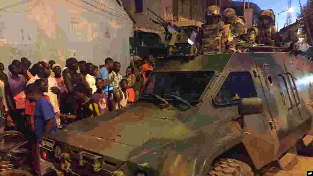 Les troupes sénégalaises près du palais présidentiel dans la capitale gambienne Banjul, le 22 janvier 2017.