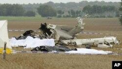 Jenazah dekat bangkai pesawat kecil yang jatuh di Marchovelette, Belgia, Sabtu (19/10).