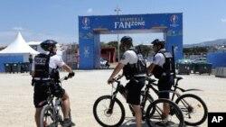 """Des policiers sur des vélos patrouillent près d'une """"fan zone"""" de Marseilles, le 8 juin 2016."""