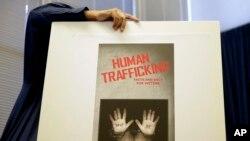Kể từ năm 2001 tới nay, mỗi năm Bộ Ngoại giao Mỹ đều công bố phúc trình về nạn buôn người.